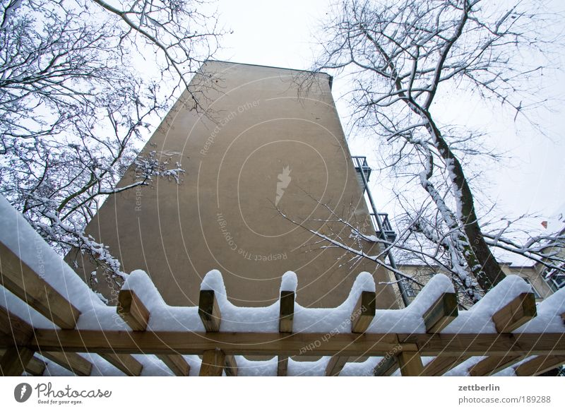 Friedenau unter Schnee Haus Winter dunkel Fenster kalt Gebäude Mauer Wohnung Häusliches Leben Warmherzigkeit erleuchten Schneeflocke Brandmauer Schneewehe