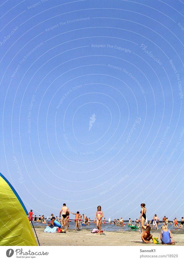Badeinsel 3 Menschenmenge Strand Meer Sonnenschirm mehrfarbig Sonnenbad Erholung Menschengruppe heisser Sand Schwimmen & Baden