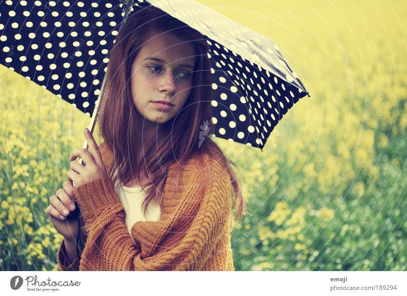dotted. Mensch Jugendliche schön grün gelb Frau feminin Landschaft Erwachsene Wegsehen Farbfoto Regenschirm nachdenklich Sonnenschirm Porträt