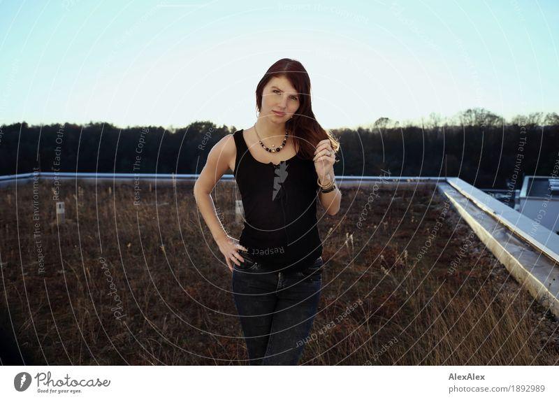... wenn ein Balkon zu klein wäre. Jugendliche Stadt schön Junge Frau Landschaft Freude 18-30 Jahre Erwachsene Gras feminin Freiheit Horizont ästhetisch