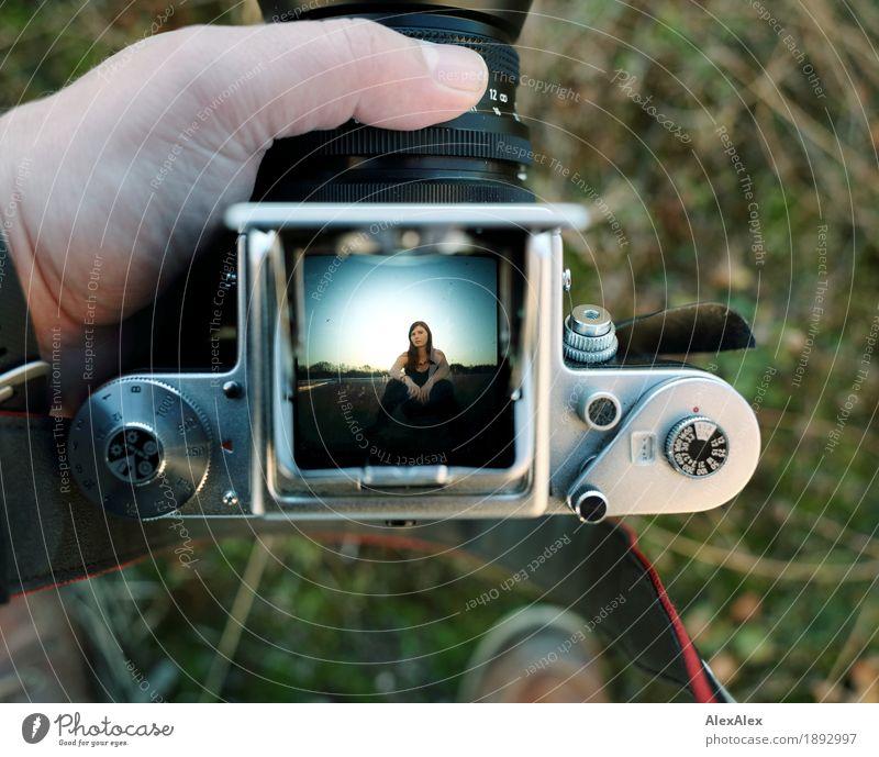 Bild in Bild Technologie- Portrait Stil Freude Fotokamera Lichtschacht Junge Frau Jugendliche 18-30 Jahre Erwachsene Schönes Wetter Gras Garten Dach brünett