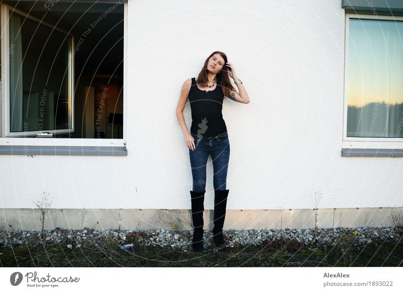 intermezzo Jugendliche Stadt schön Junge Frau Fenster 18-30 Jahre Erwachsene Gras feminin Gebäude Garten Stimmung Horizont Körper ästhetisch stehen