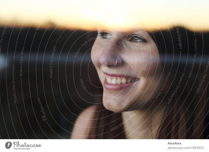 toller Bildtitel ist heute aus Wohlgefühl Zufriedenheit Fenster Junge Frau Jugendliche Gesicht 18-30 Jahre Erwachsene Landschaft Horizont Piercing brünett