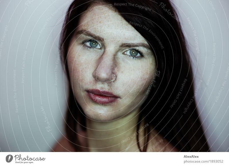 variante Stil schön Gesicht Junge Frau Jugendliche Sommersprossen 18-30 Jahre Erwachsene Schmuck brünett langhaarig Blick ästhetisch authentisch Coolness