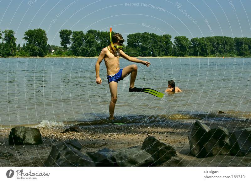 auf die schatzsuche Kind Kindheit 2 Mensch 3-8 Jahre Natur Landschaft Sand Wasser Wassertropfen Wolkenloser Himmel Sommer Schönes Wetter Küste Flussufer tauchen