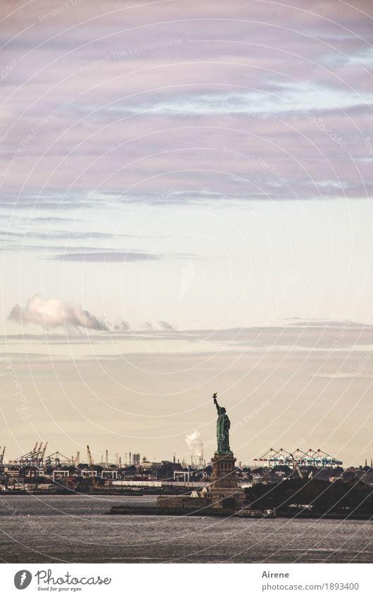 langsam wird's duster New York City USA Stadt Hafenstadt Stadtzentrum Wahrzeichen Denkmal Freiheitsstatue dunkel historisch braun grau violett schwarz Macht