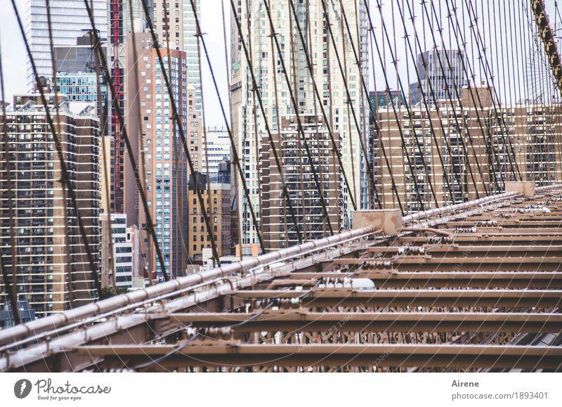 Abenteuerspielplatz Stadt Haus Architektur braun Linie Metall Hochhaus verrückt hoch bedrohlich Brücke Neigung Netzwerk viele Sehenswürdigkeit Skyline