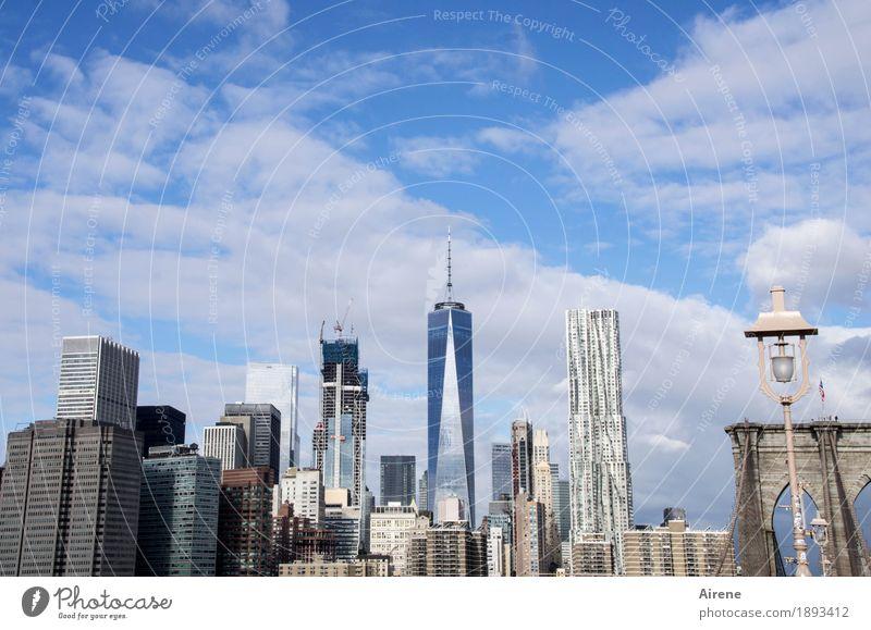 an den Wolken kratzen Himmel blau Stadt weiß Fassade hell Metall elegant Hochhaus Glas groß hoch Spitze Schönes Wetter Beton