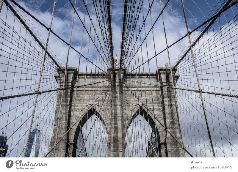 Drahtseilakt New York City Amerika Brücke Hängebrücke Sehenswürdigkeit Brooklyn Bridge Stein Stahl Linie Netzwerk blau grau Symmetrie Torbogen Brückenpfeiler