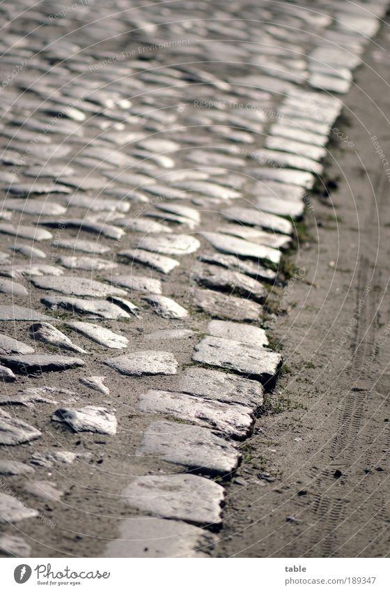 Lebensweg Karriere Umwelt Erde Sand Dorf Altstadt Verkehrswege Straße Wege & Pfade Stein alt eckig trist Gefühle Genauigkeit Ordnung Vergangenheit