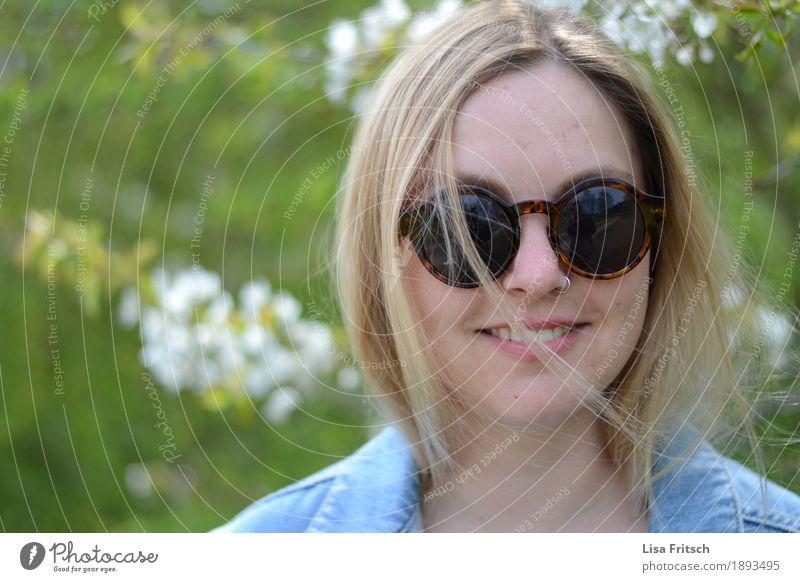 lächelnde junge blonde Frau mit großer Sonnenbrille Lifestyle Stil feminin Junge Frau Jugendliche Kopf Haare & Frisuren 18-30 Jahre Erwachsene Pflanze atmen