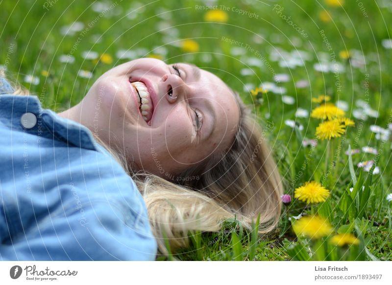 herrlich Natur Ferien & Urlaub & Reisen Jugendliche schön Junge Frau Erholung Freude 18-30 Jahre Gesicht Erwachsene Wiese Lifestyle Gras feminin Glück lachen