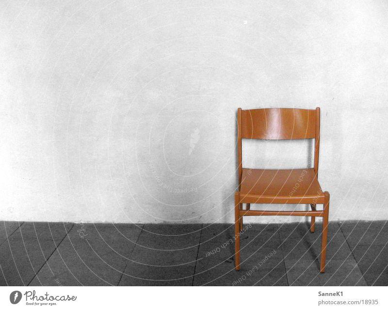 einStuhl Wand sitzen Häusliches Leben Sitzgelegenheit Holzstuhl