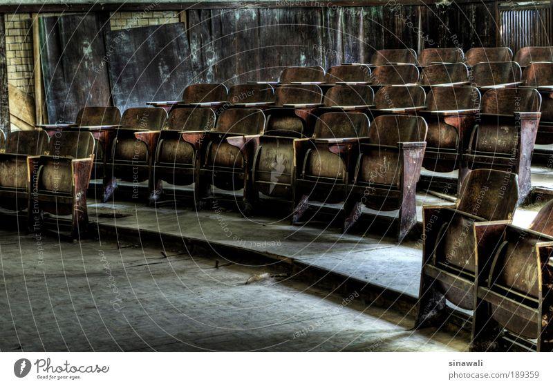 Pause alt dunkel Holz grau Saal braun Treppe Innenarchitektur Schatten Raum außergewöhnlich Bildung Langzeitbelichtung Wissenschaften Denkmal Möbel