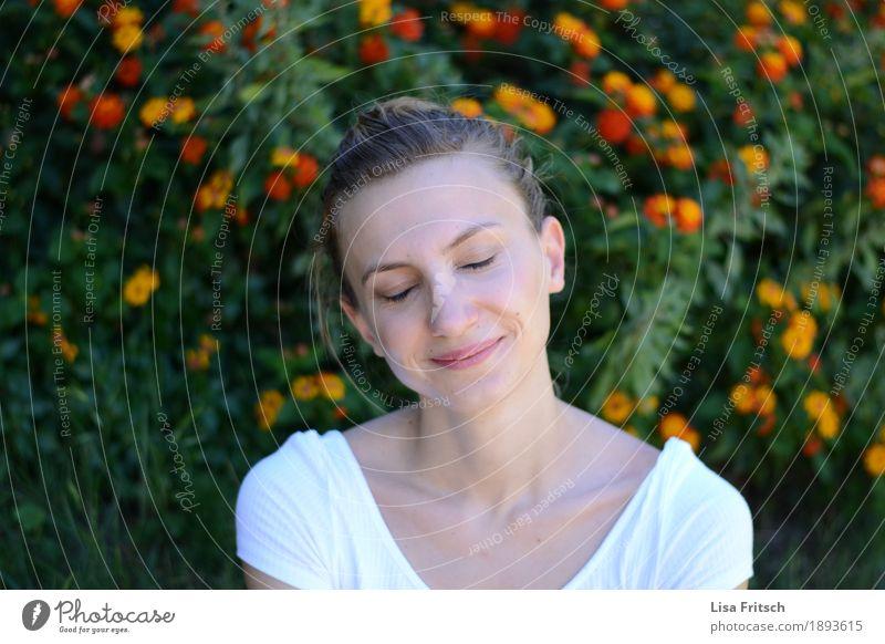 kopfkino Gesundheit Leben harmonisch Wohlgefühl Zufriedenheit Erholung feminin Junge Frau Jugendliche Erwachsene 18-30 Jahre Blume Sträucher blond Zopf Blühend