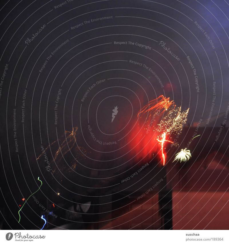 es fängt gut an .. Dorf Kleinstadt Haus Dach Surrealismus silvester feuerwerk leuchten kracher laut bunt Farbfoto mehrfarbig Außenaufnahme Menschenleer
