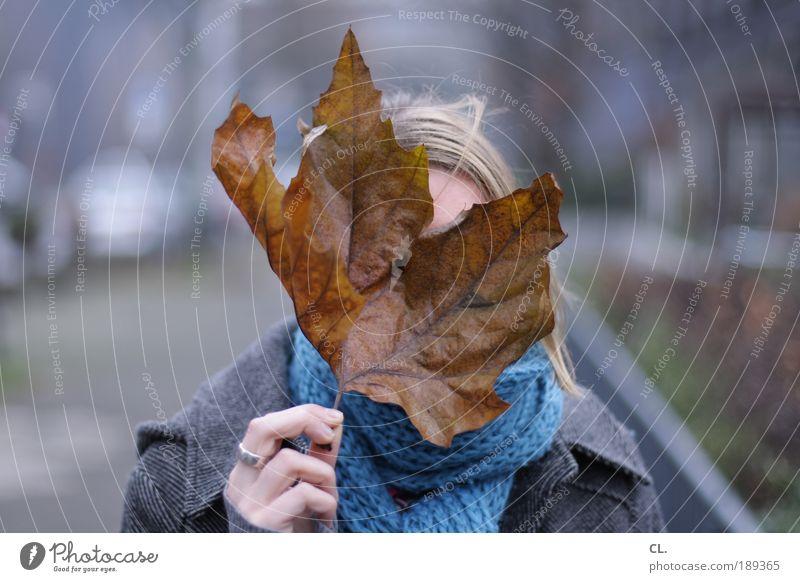 blatt vorm kopp Mensch Natur Hand Blatt Winter kalt Gesicht Umwelt Herbst feminin Haare & Frisuren Kopf Wind Kommunizieren beobachten Vergänglichkeit