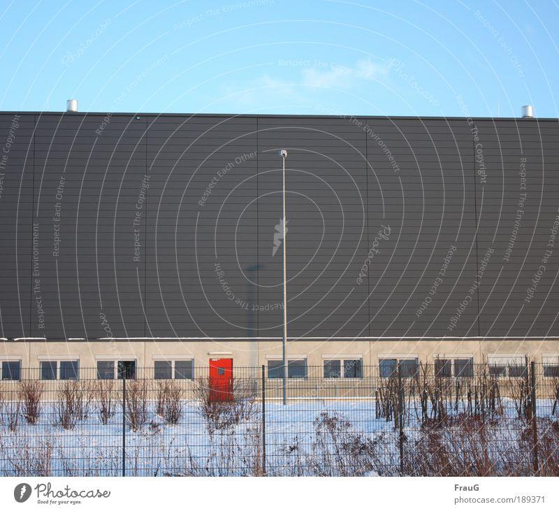 Rote Tür Fabrik Industrie Himmel Wolken Schnee Sträucher Industrieanlage Fassade Arbeit & Erwerbstätigkeit blau grau rot Farbe Farbfoto Außenaufnahme