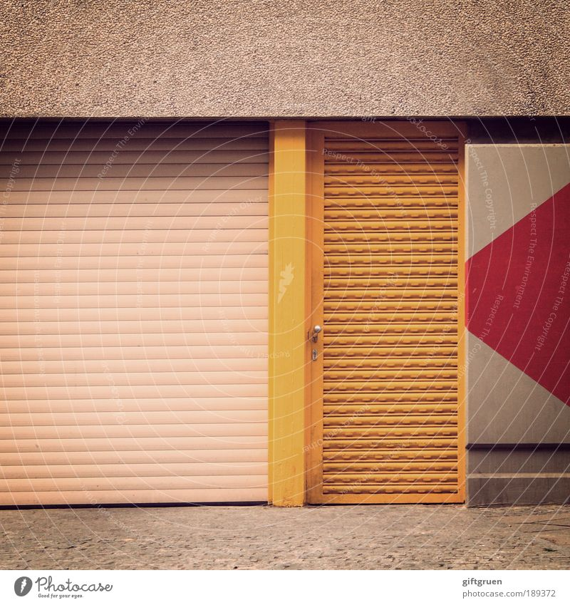 gelbe tür Fabrik Industrie Stadt Haus Industrieanlage Mauer Wand Fassade Tür rot eintreten Ausgang Eingang Eingangstür Notausgang Pfeil Richtung Wegweiser links