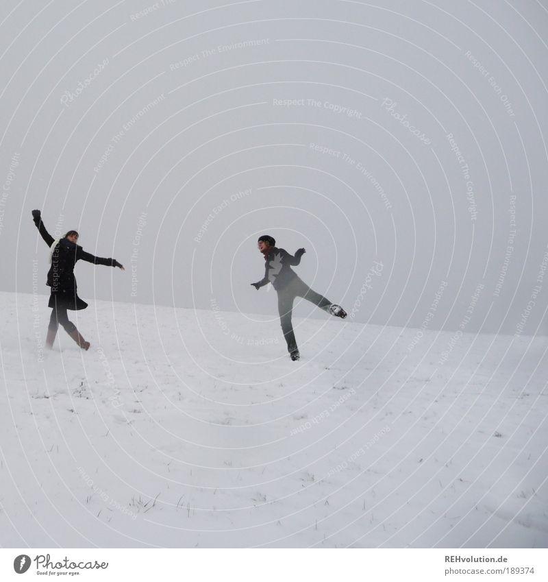 Wir sind der singende, tanzende Abschaum der Welt! Mensch Jugendliche weiß Freude Winter Erwachsene Liebe feminin kalt Schnee grau Bewegung Glück Paar Freundschaft Gesundheit
