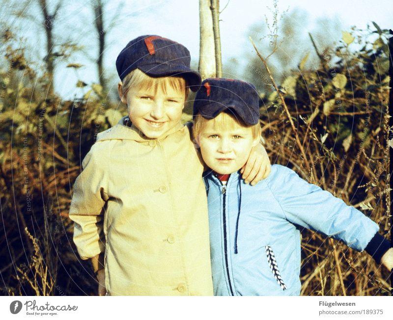 Brüder & Freunde Kind Natur Umwelt Spielen Junge träumen Freundschaft Kindheit Zusammensein Freizeit & Hobby Familie & Verwandtschaft beobachten Warmherzigkeit Kindergarten kuschlig Kindererziehung