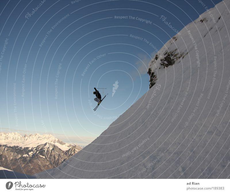 Ein komischer Vogel Natur Sonne Freude Winter Berge u. Gebirge Schnee Stil Sport Gesundheit Freiheit fliegen Felsen springen Eis Luft Freizeit & Hobby