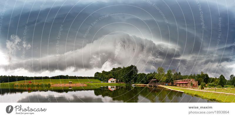 Sommer Sturmlandschaft. Dramatischer bewölkter Himmel Natur schön Baum Landschaft Wolken Haus dunkel Wiese natürlich Gras See Stimmung Wasserfahrzeug Regen