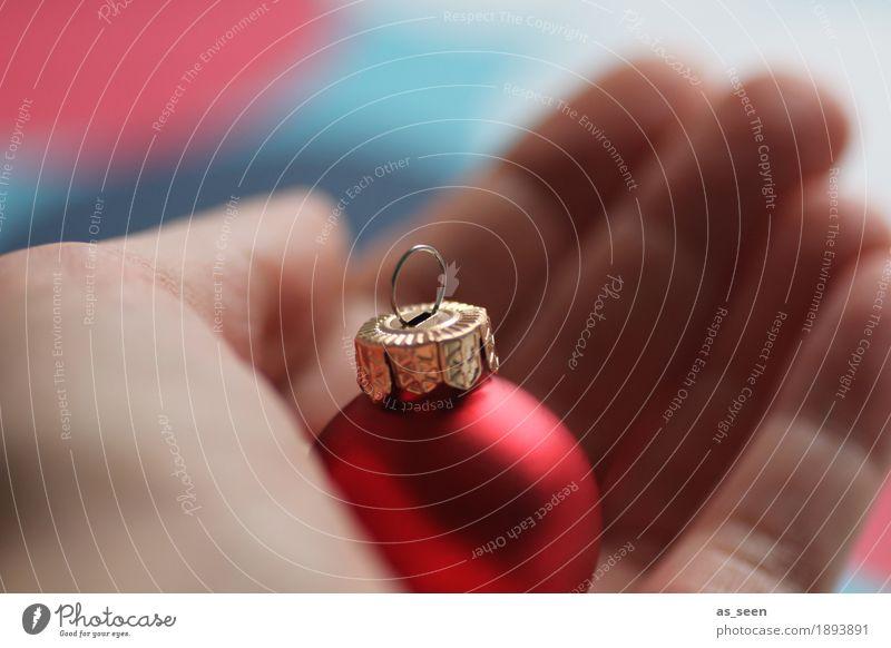Vorbereitungen Lifestyle elegant Häusliches Leben Dekoration & Verzierung Weihnachten & Advent Hand Finger Glas Christbaumkugel Feste & Feiern festhalten