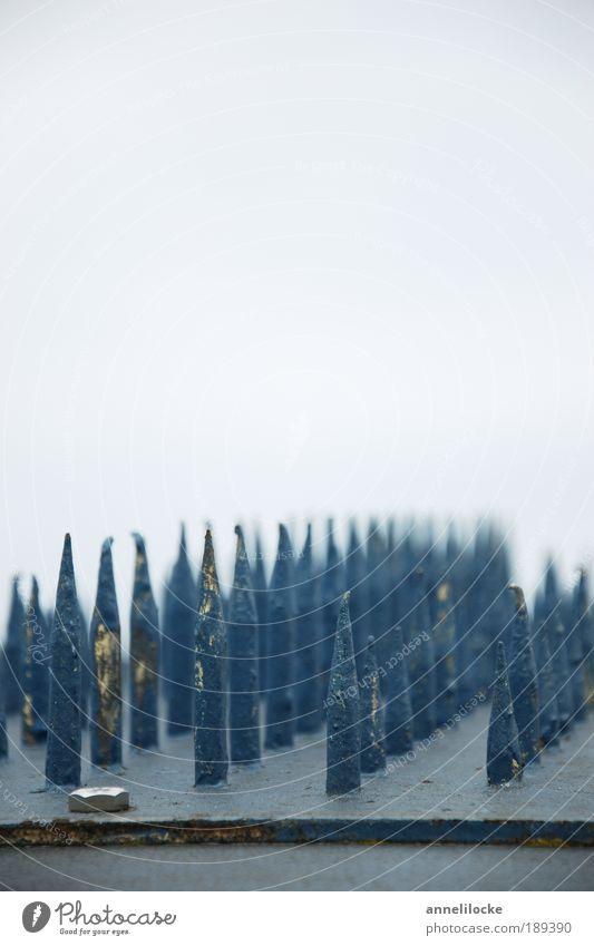 Sperrgebiet blau kalt grau Metall Angst Schilder & Markierungen Ordnung gefährlich Brücke Spitze Fabrik Schutz Zeichen skurril bizarr Gebäude
