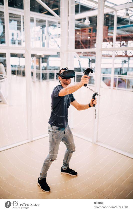 Junge erwachsene Männer, die Spiele mit virtueller Realität spielen Jugendliche Mann Junger Mann Freude Erwachsene Lifestyle Spielen Freizeit & Hobby maskulin