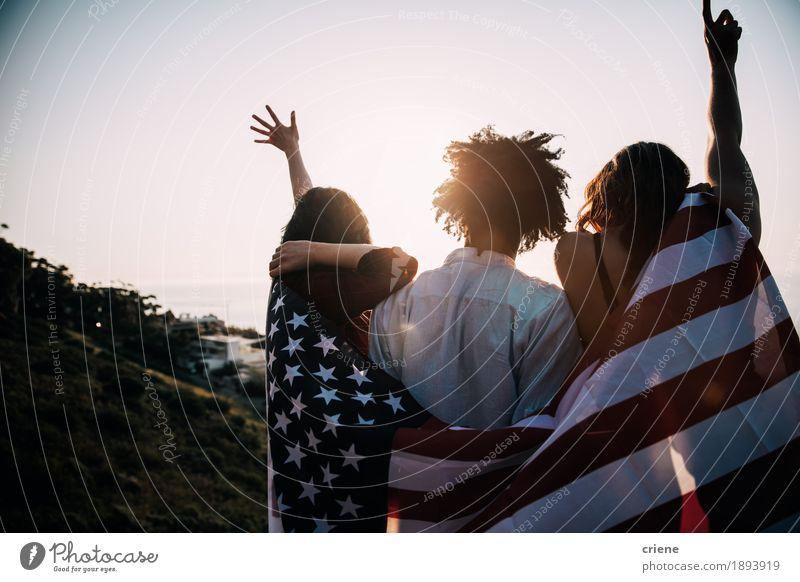 Gruppe ethnische tausendjährige Freunde multis, die USA-Flagge halten Mensch Ferien & Urlaub & Reisen Jugendliche Sonne Freude Lifestyle Glück Freiheit