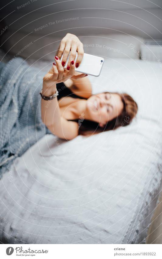 Mensch Jugendliche Junge Frau Haus ruhig Freude 18-30 Jahre Erwachsene Innenarchitektur Lifestyle feminin Häusliches Leben modern Technik & Technologie Telekommunikation genießen