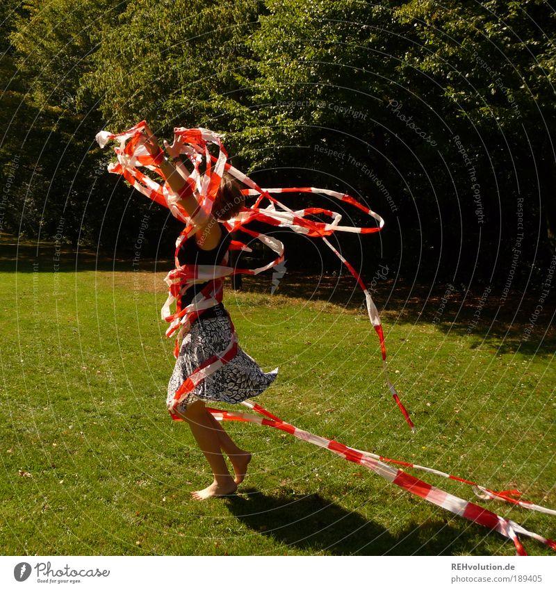 Sind sie heute schonmal durchgedreht? Mensch Frau Natur Jugendliche weiß grün Baum rot Sommer Freude Erwachsene Wiese feminin Bewegung Freiheit Glück