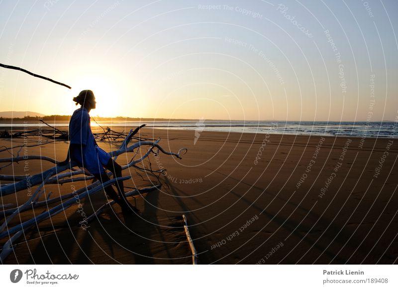 Ein schönerTag geht zuende Frau Mensch Sonne Meer Sommer Strand ruhig Einsamkeit Ferne Erholung feminin Freiheit Glück Sonnenuntergang Sand Zufriedenheit
