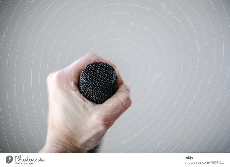 halte fest an Deiner   Musik Hand Lifestyle Gefühle Kreativität festhalten Show Mikrofon Entschlossenheit Sänger Gesang Vor hellem Hintergrund Gesangsunterricht