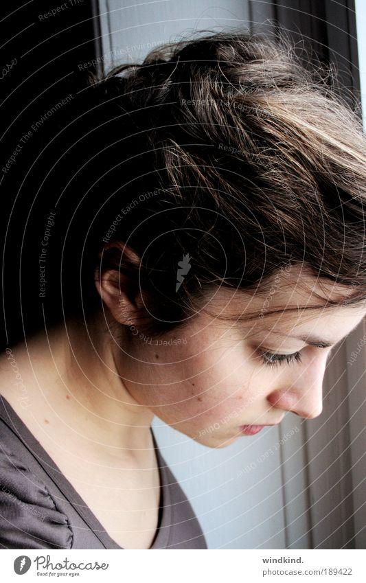 Vor lauter Lauschen und Staunen sei still Mensch Jugendliche Winter ruhig Einsamkeit kalt feminin Frau Porträt Haare & Frisuren grau träumen Kopf Traurigkeit