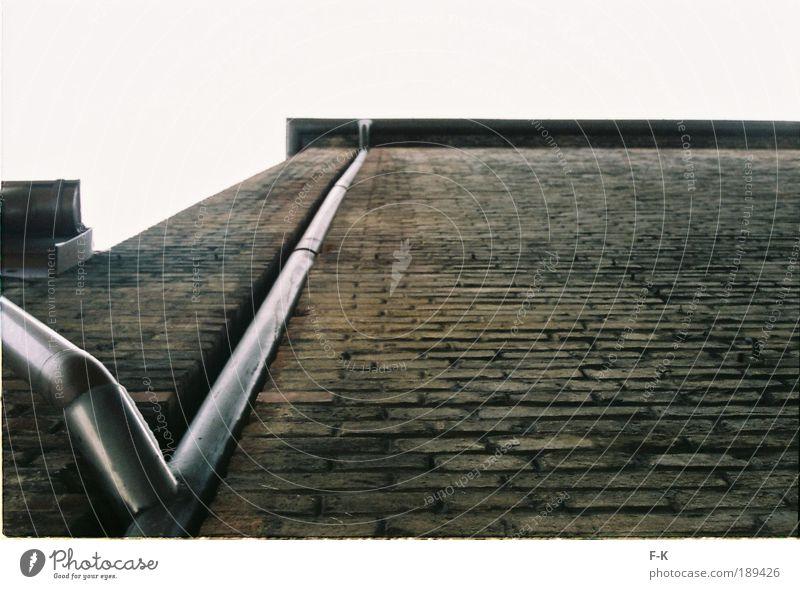 along the gutter schlechtes Wetter Stadtrand Altstadt Gebäude Architektur Mauer Wand Fassade Dach Dachrinne alt Armut dreckig dunkel hässlich hoch kalt kaputt