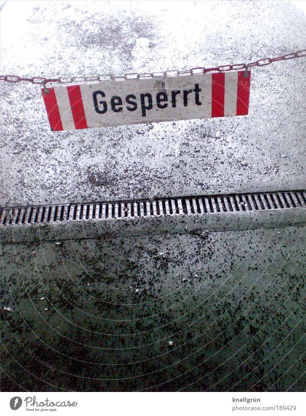 Gesperrt weiß rot grau dreckig Schilder & Markierungen Sicherheit Kommunizieren Schriftzeichen Zeichen Hinweisschild Kontrolle Wachsamkeit hängen Barriere