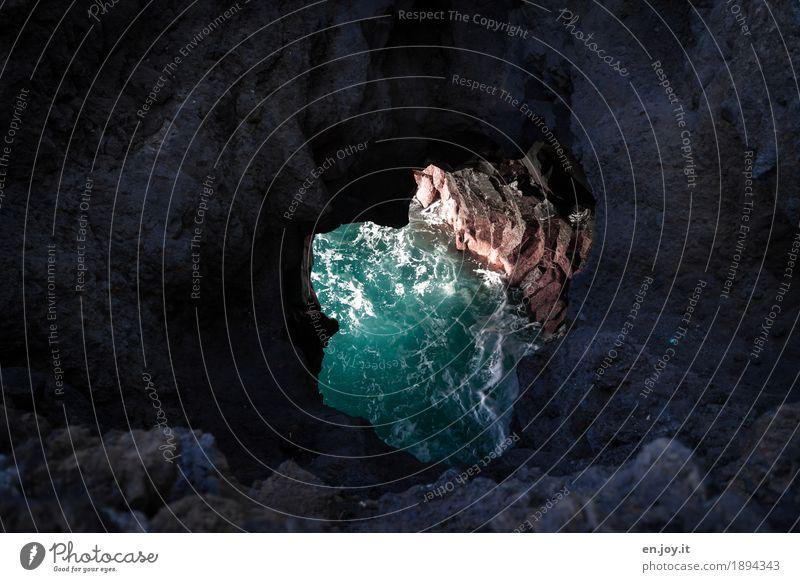 Durchblick Natur Landschaft Wasser Felsen Meer bedrohlich dunkel kaputt rund türkis Neugier Hoffnung Glaube Traurigkeit Trauer Tod Platzangst Abenteuer bizarr