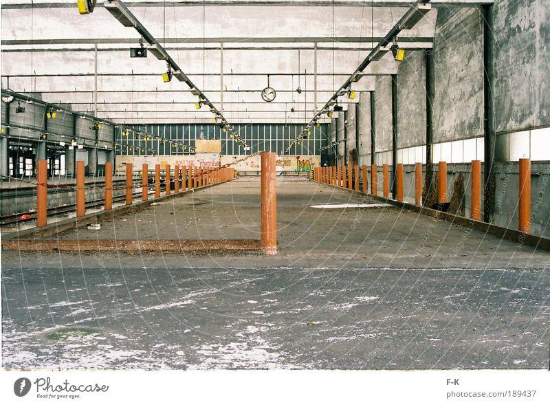 hier hält kein Zug mehr Bahnhof Gebäude alt dreckig kaputt grau Einsamkeit chaotisch kalt stilllegen Zeit Zerstörung besetzen Eisenbahn Bahnsteig Bahnhofsuhr