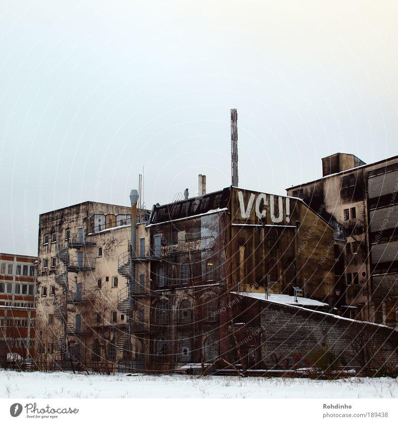 VCU! alt Stadt Winter Haus kalt Fenster grau Graffiti Stimmung braun dreckig Architektur Fassade Industrie Treppe