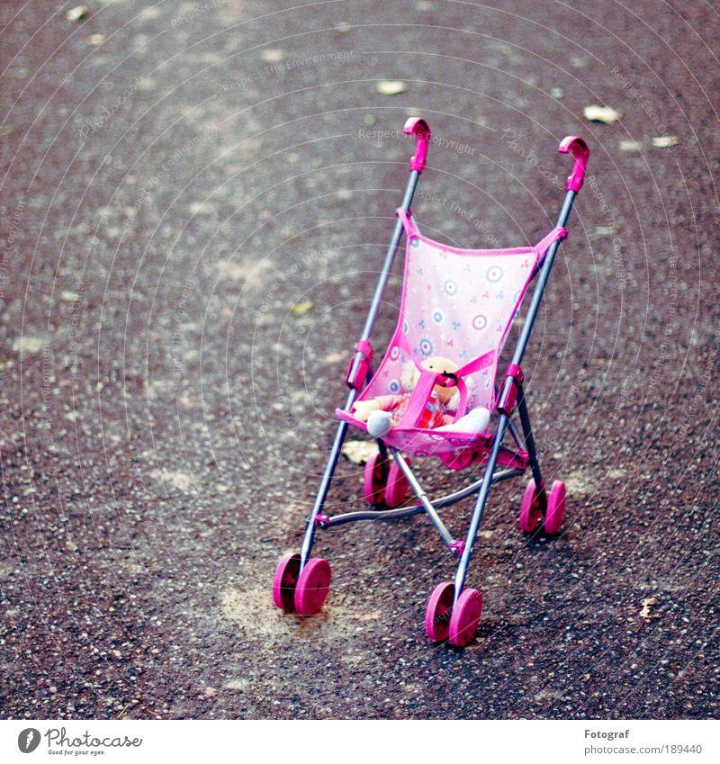 Warten auf Godot. ruhig Straße kalt Spielen grau Wege & Pfade rosa Freizeit & Hobby Spielzeug außergewöhnlich Kindheit Puppe unschuldig Krise Kinderwagen