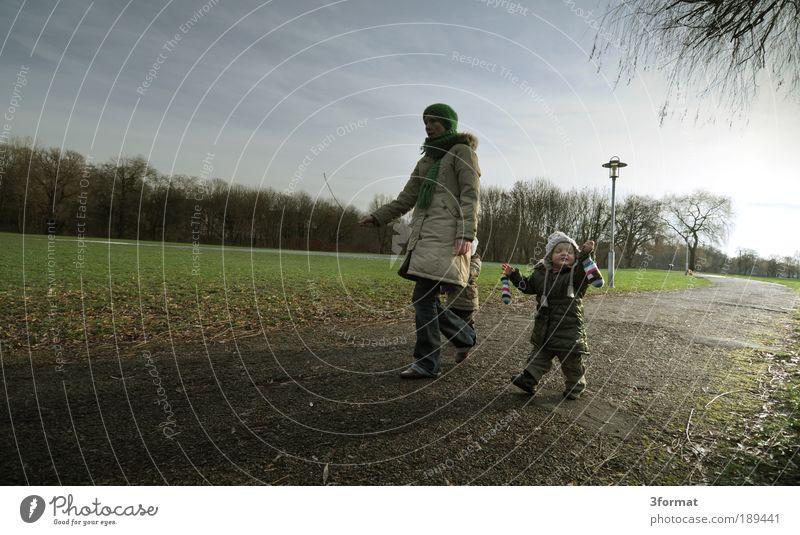 NACHMITTAG Kinderspiel Mensch Kleinkind Frau Erwachsene Eltern Mutter Kindheit 2 3 Herbst Winter Park laufen Optimismus Geborgenheit Einigkeit Bewegung