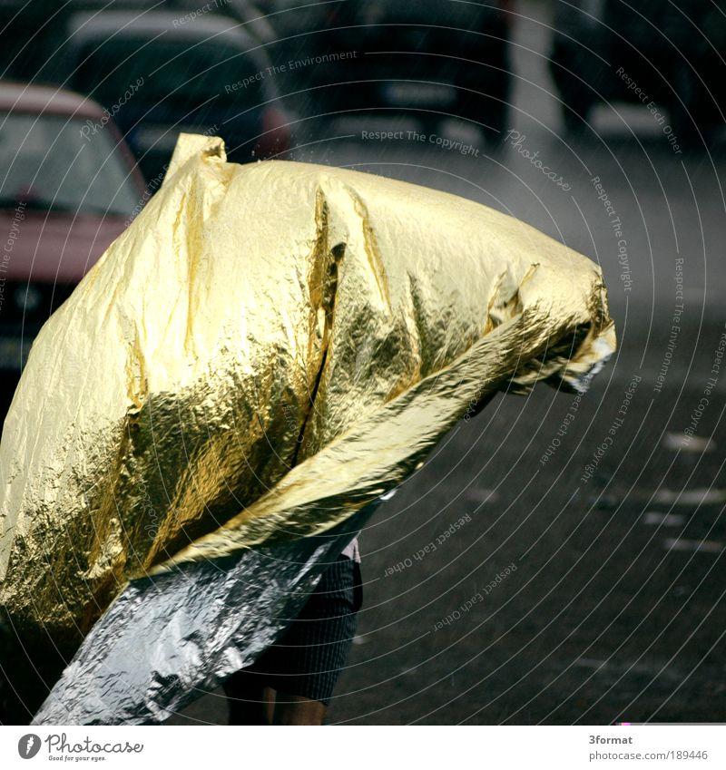 STARKER_REGEN Mensch Natur Beine Regen Wetter laufen Klima Gold nass Schutz Sturm feucht Gewitter silber Schutzschild Flucht