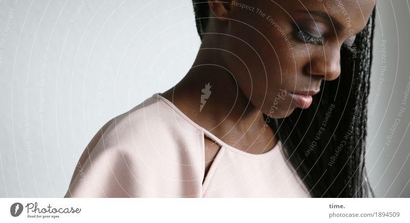 . feminin Frau Erwachsene 1 Mensch Hemd schwarzhaarig langhaarig Rastalocken Afro-Look beobachten Blick warten schön Neugier Interesse Traurigkeit Sorge