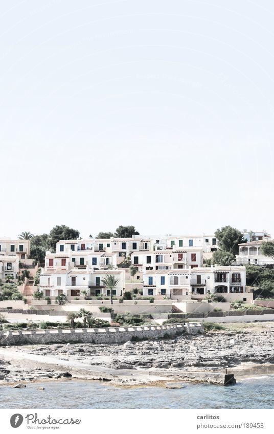Nur ein Steinwurf bis zum Strand ..... weiß Meer Haus Mauer hell Küste Architektur Insel Aussicht Klima Hafen Baum Reichtum Sonnenenergie Palme