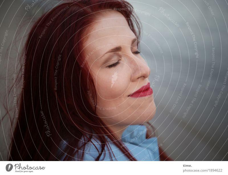. feminin Frau Erwachsene 1 Mensch Küste Strand Mantel rothaarig langhaarig Erholung genießen Lächeln träumen Freundlichkeit Glück schön Zufriedenheit