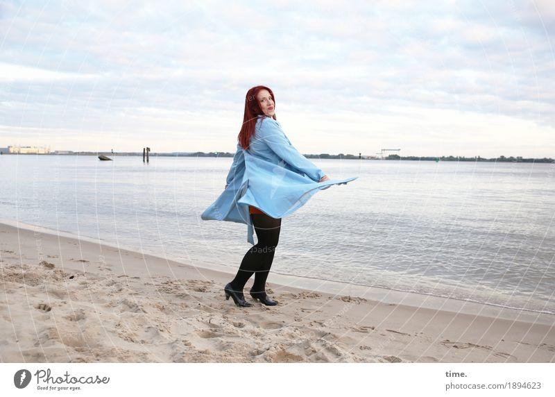 . feminin Frau Erwachsene 1 Mensch Himmel Wolken Horizont Schönes Wetter Küste Flussufer Strand Mantel rothaarig langhaarig beobachten Bewegung drehen Lächeln