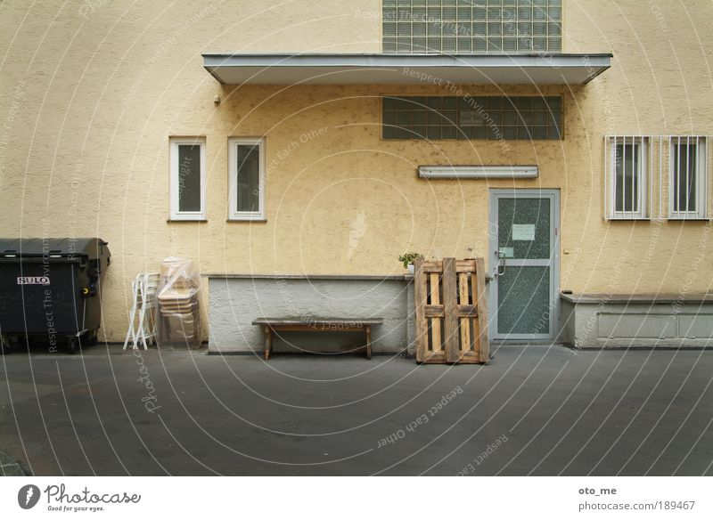 backside Hinterhof Eingang Wand gelb Palette Müllcontainer grau Beton Alltag gewöhnlich Rückseite