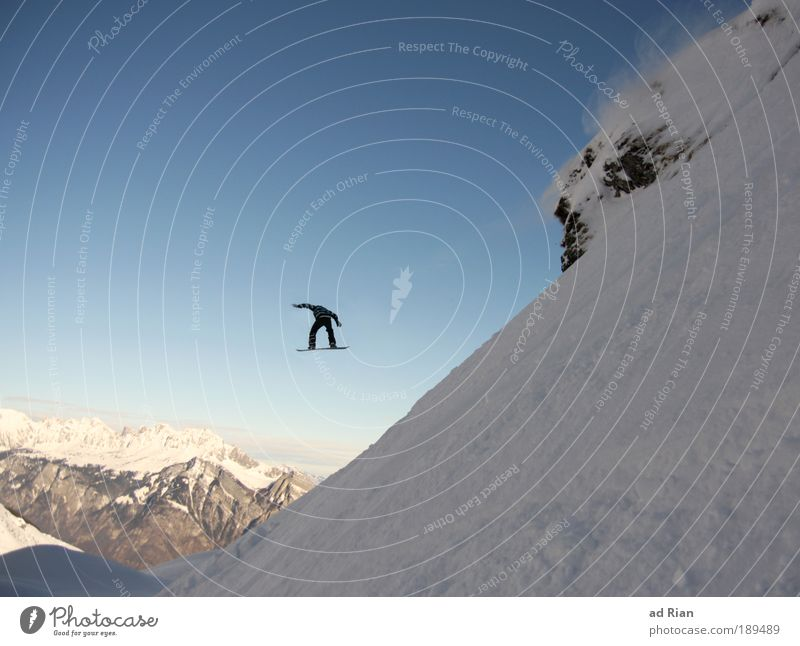 high Natur Landschaft Freude Ferne Winter Berge u. Gebirge Schnee Sport fliegen Felsen springen Freizeit & Hobby Angst verrückt hoch Schönes Wetter